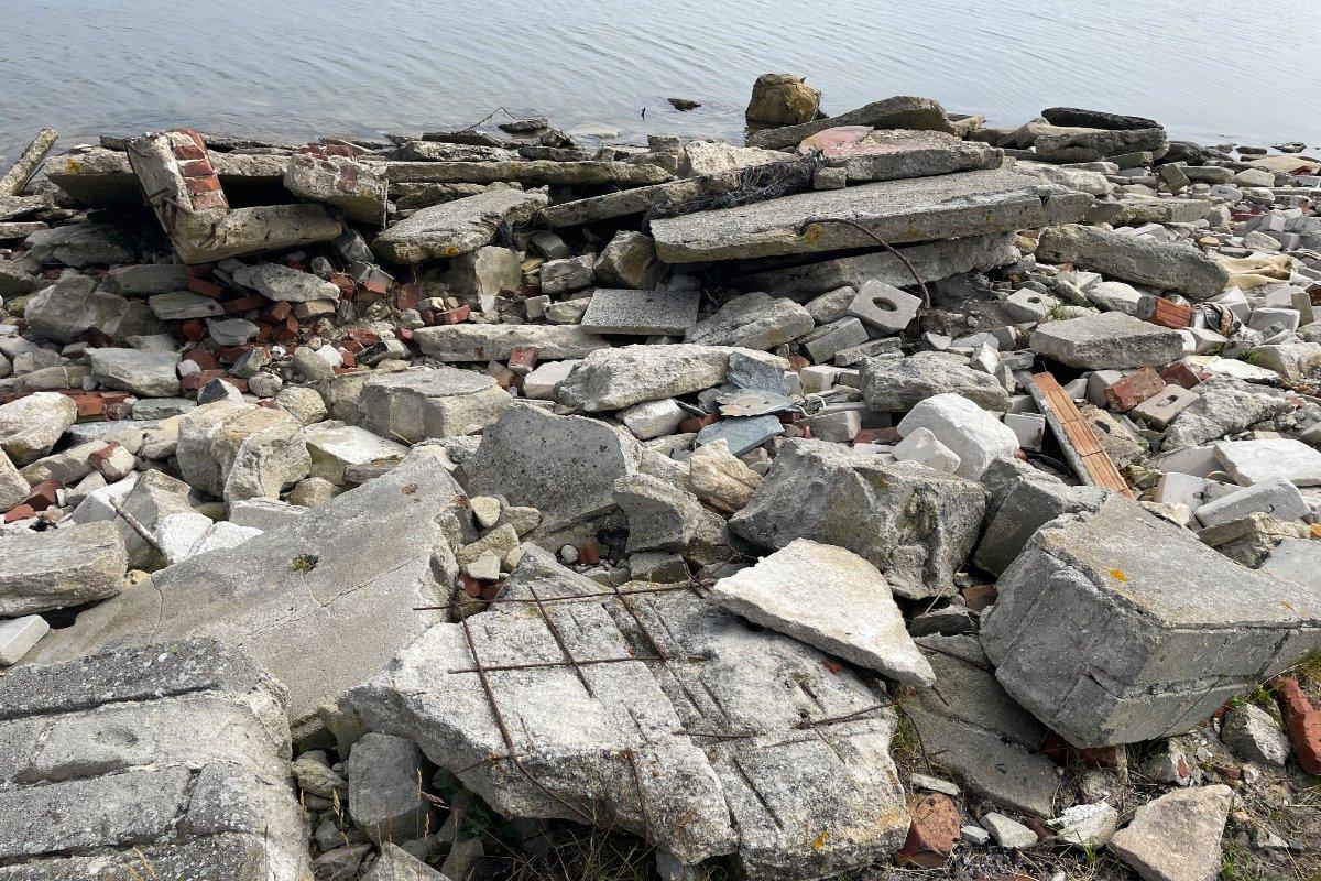 Geröll und Bauschutt als Uferbefestigung - nicht schön anzusehen