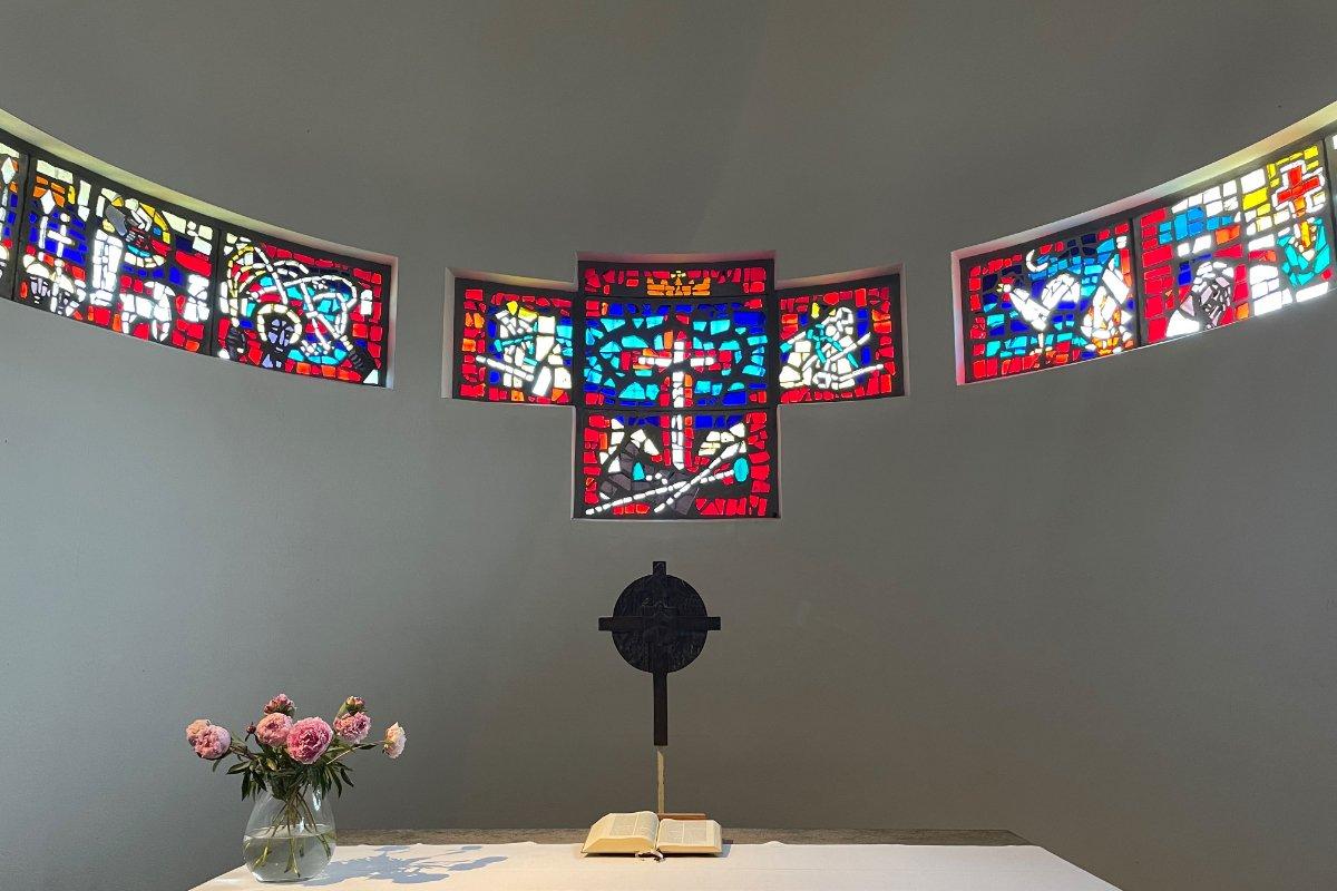 Glaskunst hinter dem Altar der Nikolaikirche
