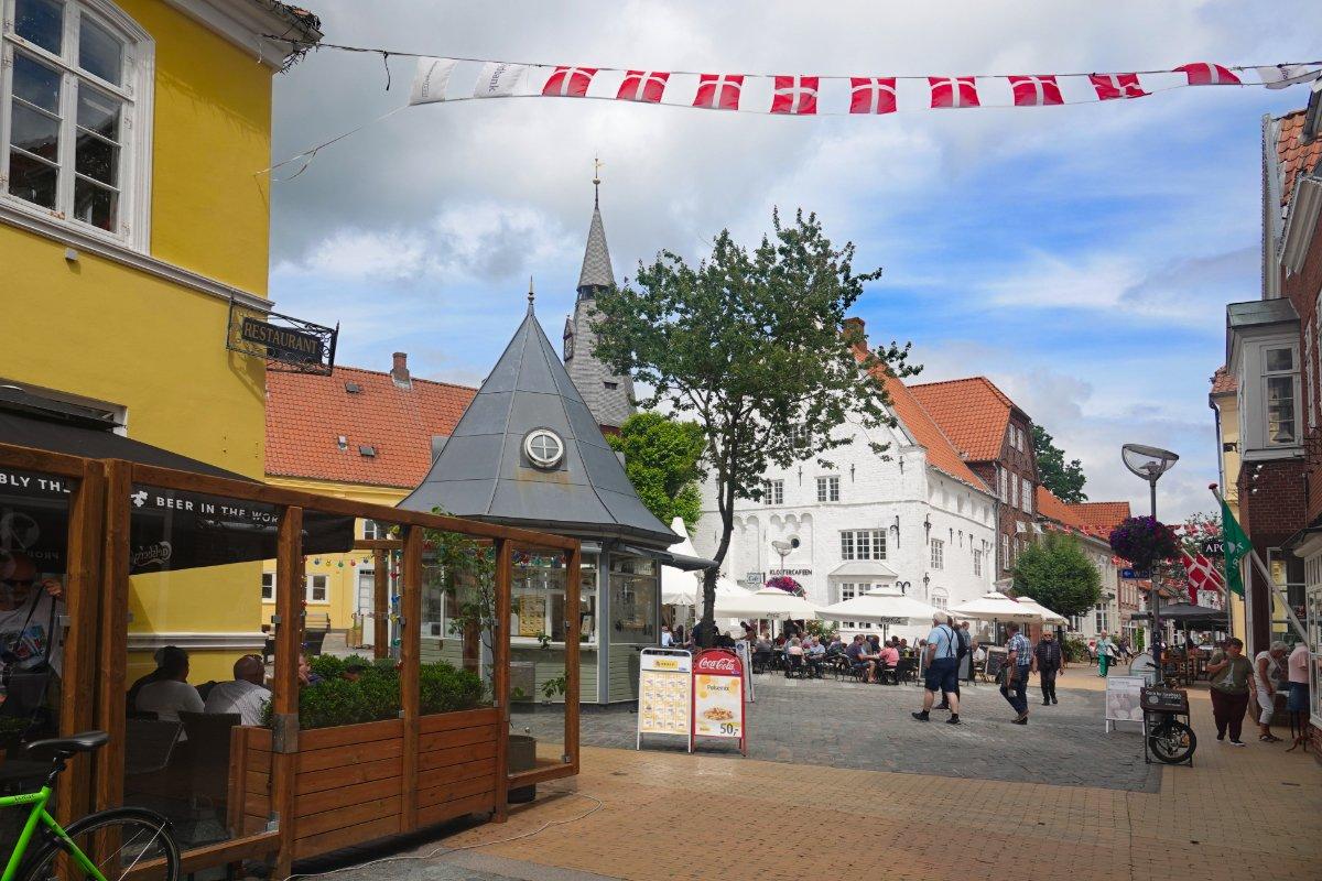 Marktplatz (im Hintergrund die Kirche)