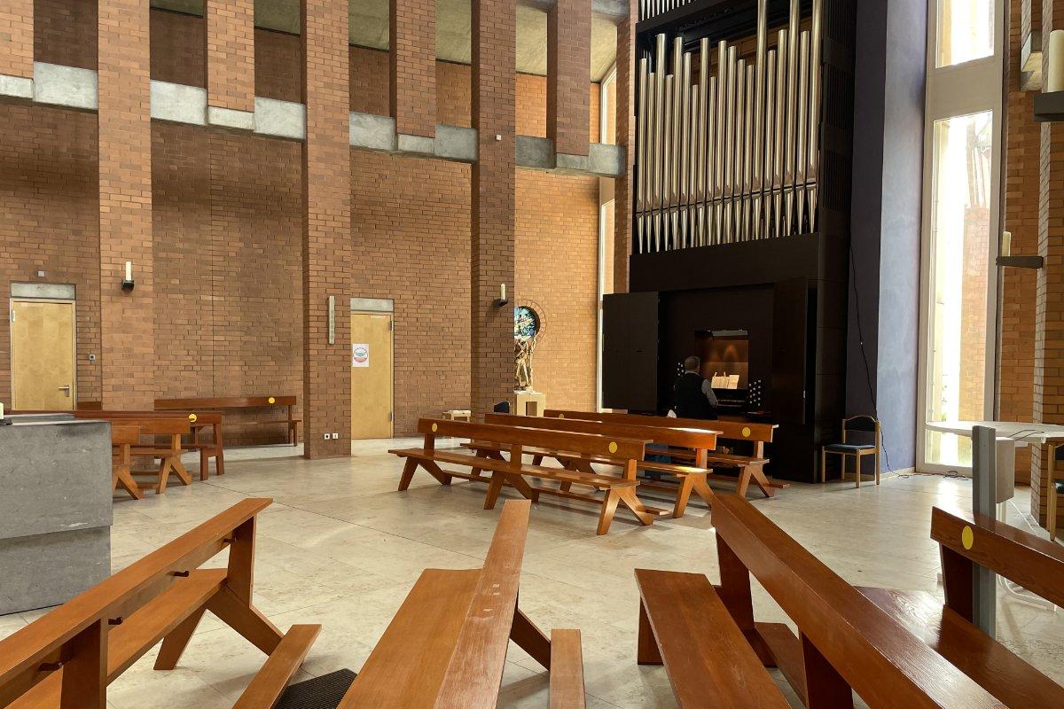 Moderner Innenraum mit Orgel und dem Organisten
