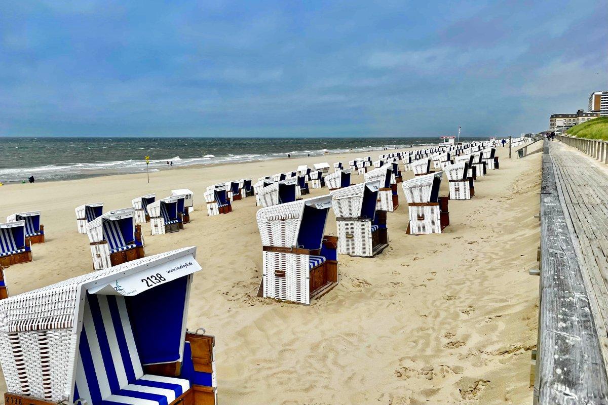 Strandkörbe in Reih und Glied - die meisten aber leer.