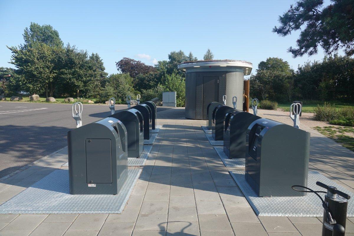 Mülltrennstation und moderner Toilettenblock