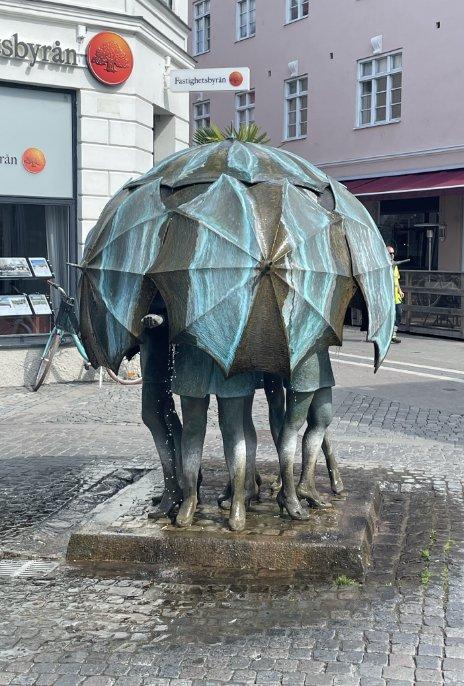 Regenschirmskulptur